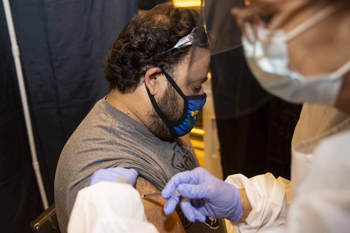 Bruno Calderone, de Las Vegas, es vacunado en la clínica de vacunación #VivaVaxVegas en Jimmy ...