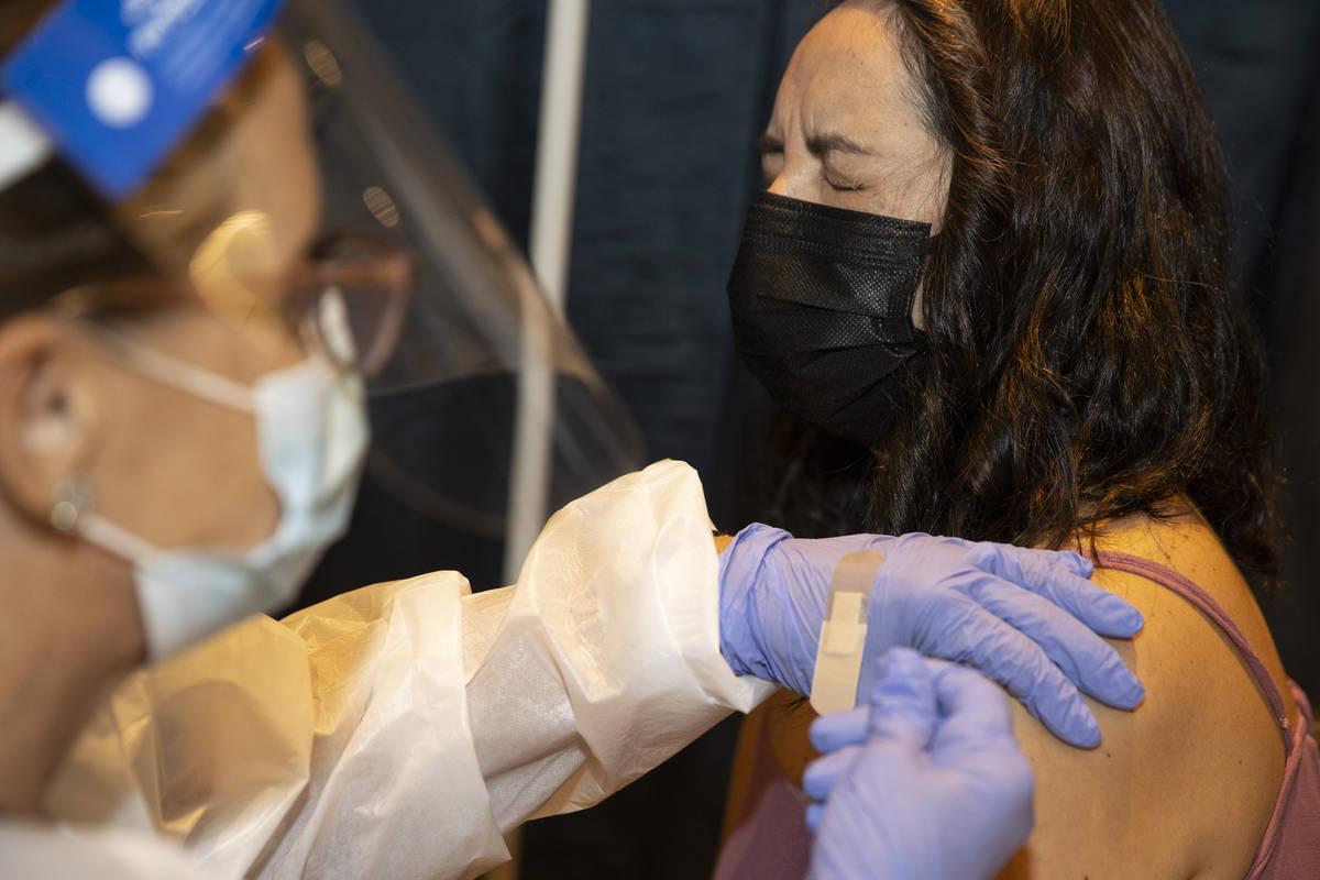 Jenny Richter, de Las Vegas, es vacunada en la clínica de vacunación #VivaVaxVegas en Jimmy K ...