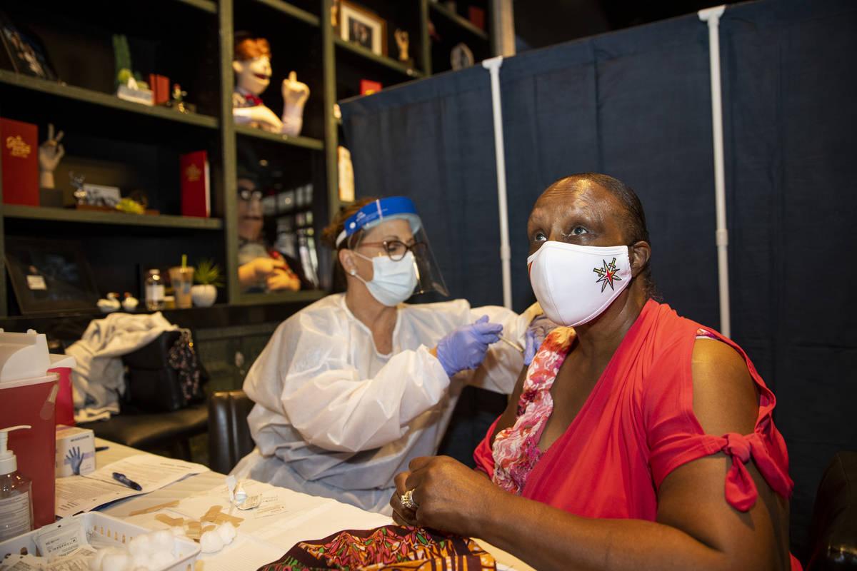 Toni Morrison, de Las Vegas, es vacunada en la clínica de vacunación #VivaVaxVegas en Jimmy K ...