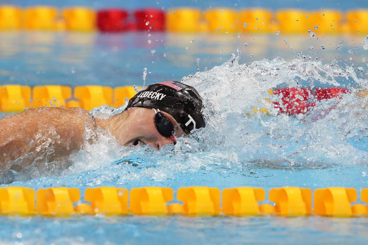 Katie Ledecky, de Estados Unidos, nada en la final de los 400 metros libres femeninos en los Ju ...