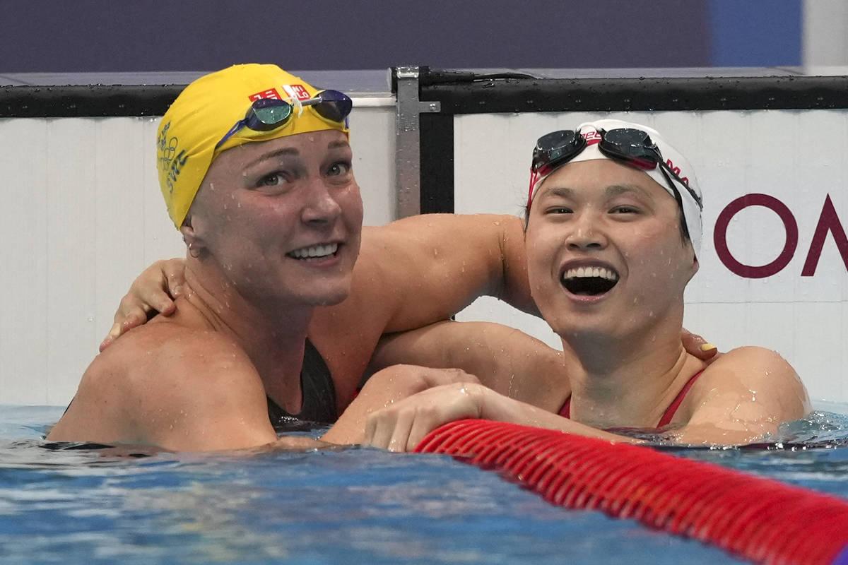 Margaret MacNeil, a la derecha, de Canadá, es felicitada por Sarah Sjoestroem de Suecia103 des ...