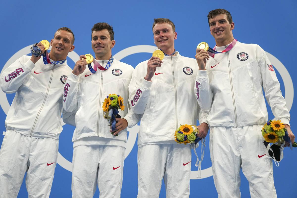 El equipo masculino de relevos 4x100 metros libres de Estados Unidos, formado por Caeleb Dresse ...