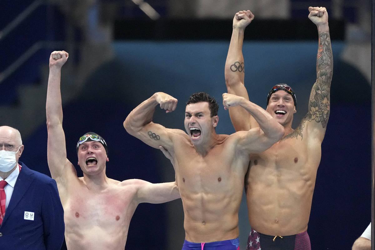 El equipo masculino de relevos 4x100 metros libres de Estados Unidos, formado por Bowe Becker, ...