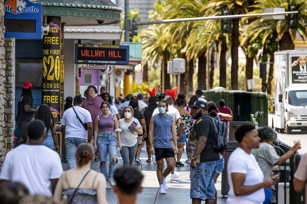 Gente camina por el Strip cerca de The Venetian, la mayoría ya no lleva cubrebocas el viernes ...