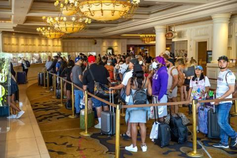 Gente hace fila para registrarse en Treasure Island, un gran porcentaje ya no lleva cubrebocas ...