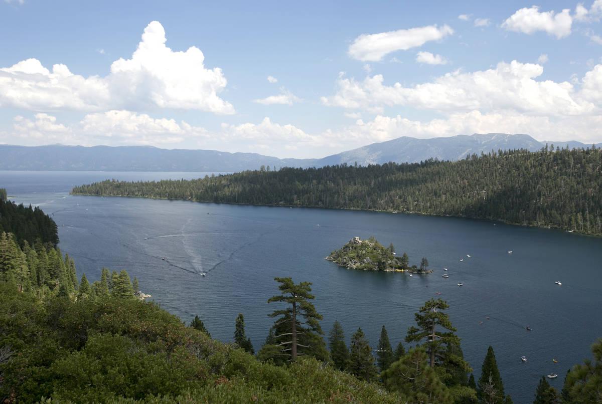 Barcos surcan las aguas de Emerald Bay, cerca de South Lake Tahoe, California, en 2017. (AP Pho ...