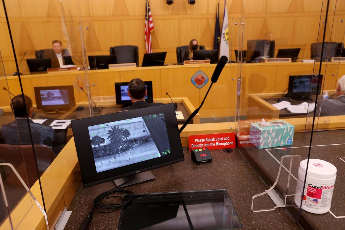 Se muestra un video aéreo durante una revisión de hechos en el Clark County Government Center ...