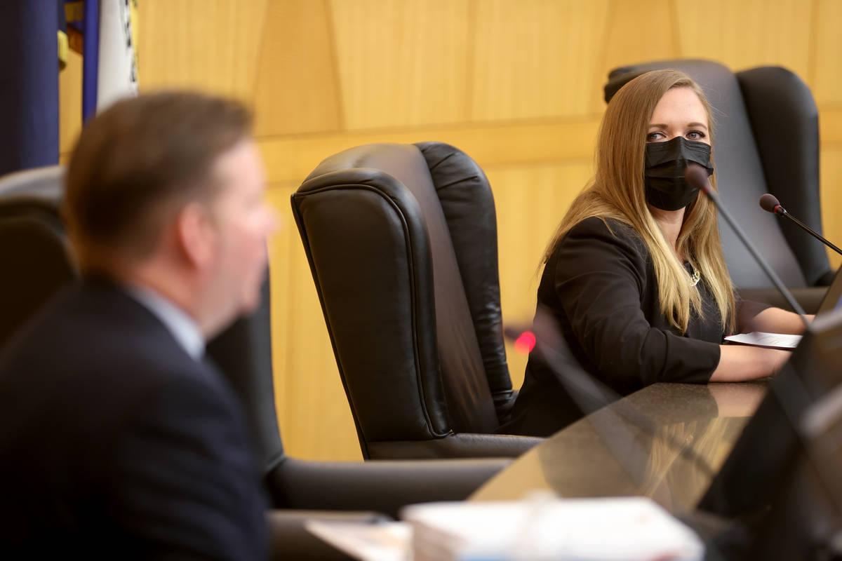 La presidenta Mandy McKellar escucha el testimonio del detective del Departamento de Policía M ...