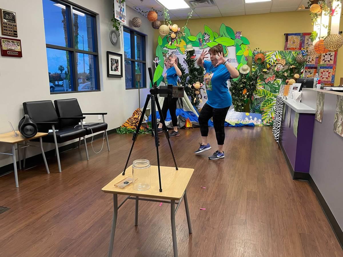 Voluntarios bailan durante una transmisión en vivo del Camp Cartwheel, un campamento de verano ...