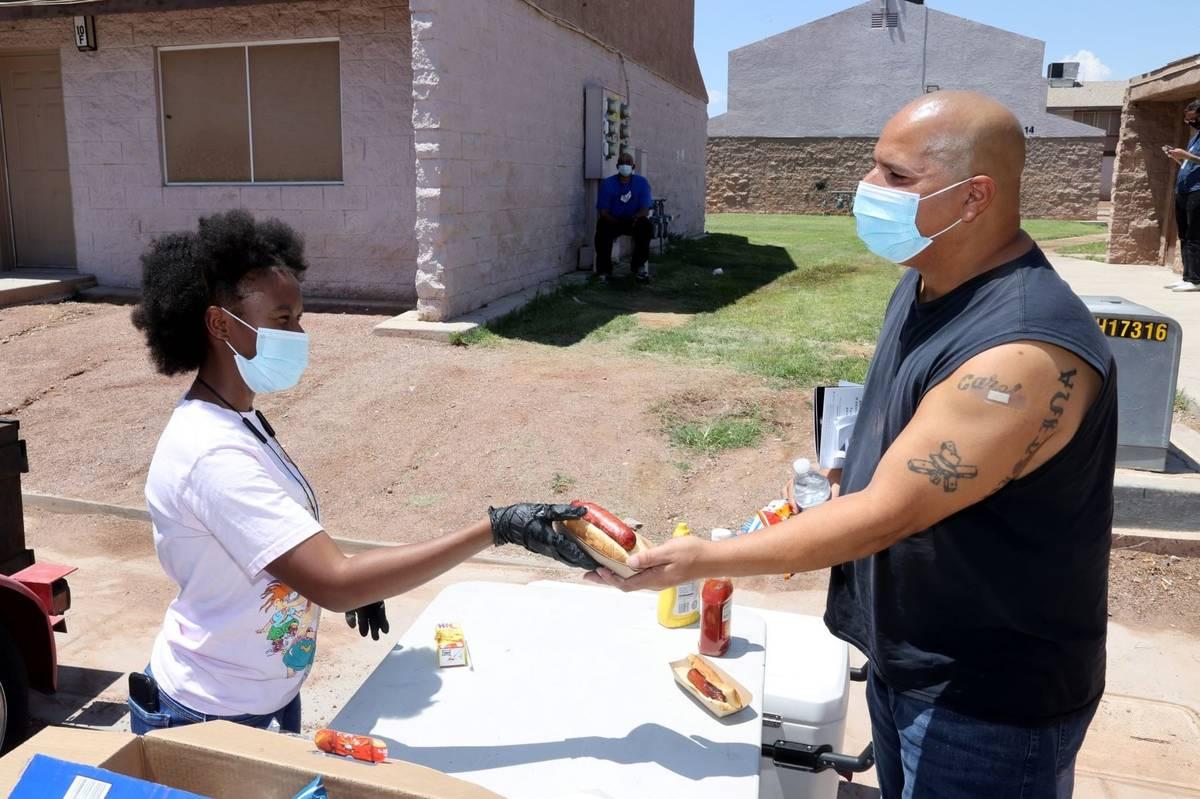Taylor Cherry, de 16 años, con Willie R. Cherry Ministries ofrece hot dogs, bebidas y papas fr ...