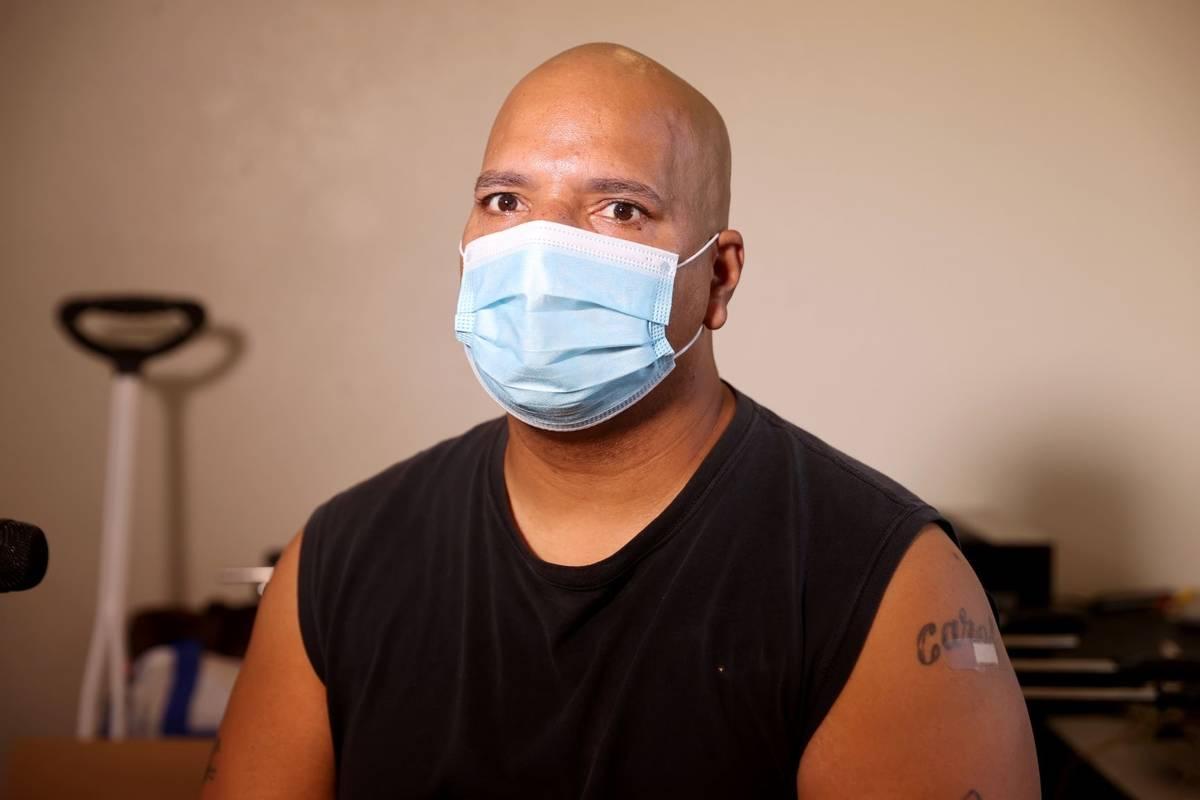 El residente Anthony DeJesus después de recibir su vacuna durante un evento de vacunación con ...