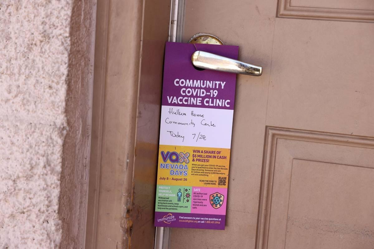 Un cartel en la puerta anunciando un evento de vacunación contra COVID-19 del equipo de la FEM ...