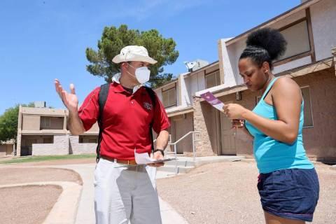 El voluntario Vicente Gómez, de Cincinnati, Ohio, a la izquierda, habla con la residente Laque ...
