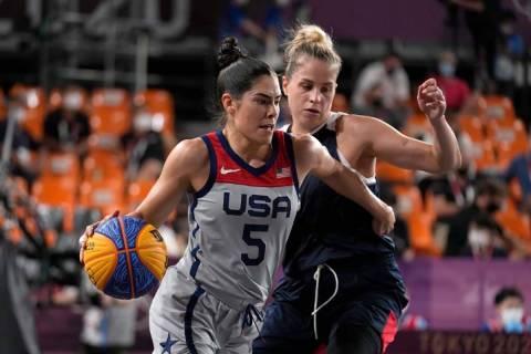 Kelsey Plum (5), de Estados Unidos, conduce para superar a Olga Frolkina (15), del Comité Olí ...