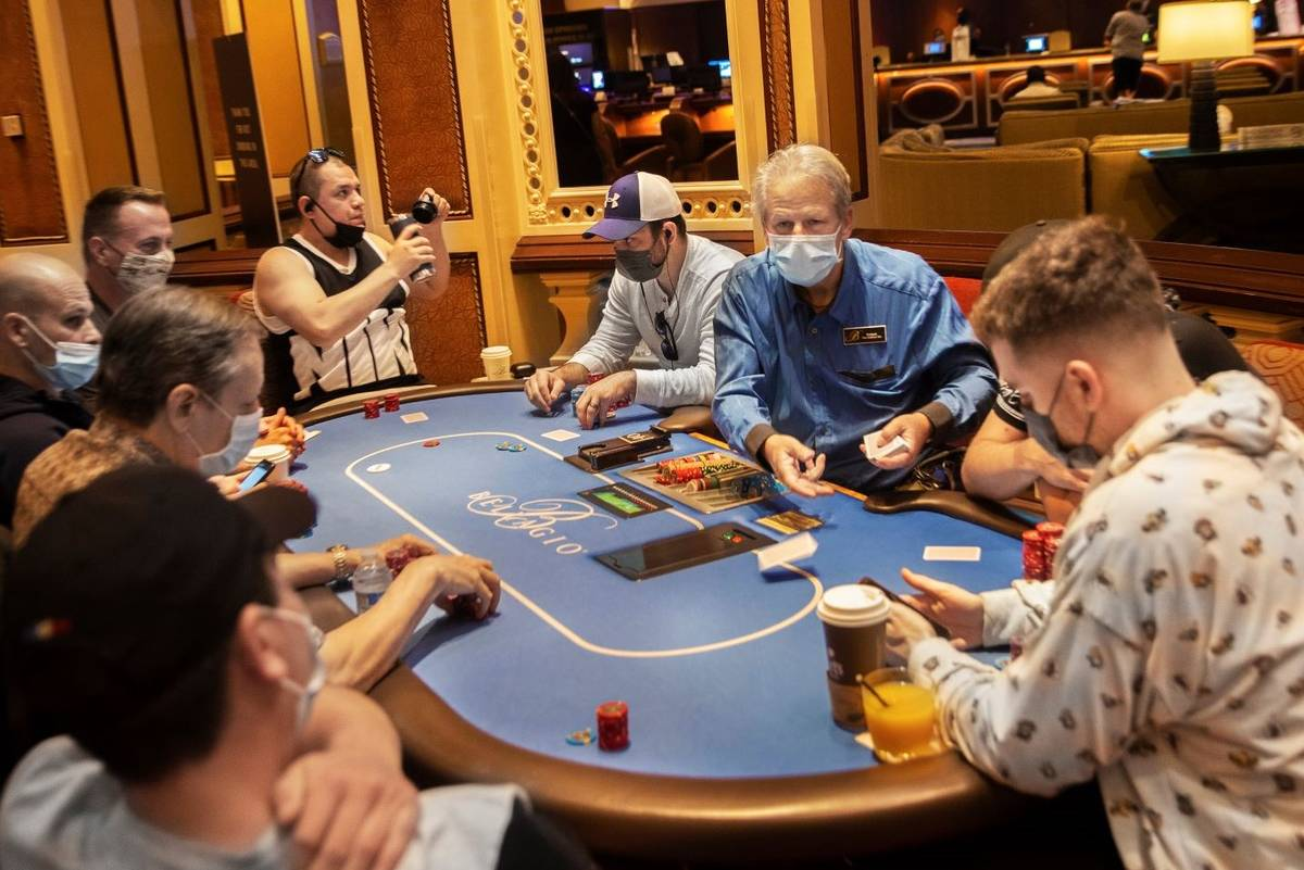 Las mesas de póquer del Bellagio están repletas el viernes 14 de mayo de 2021, en Las Vegas. ...