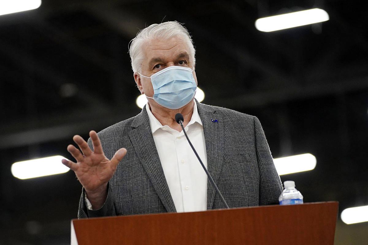 El gobernador de Nevada, Steve Sisolak, habla durante una rueda de prensa en Las Vegas en abril ...