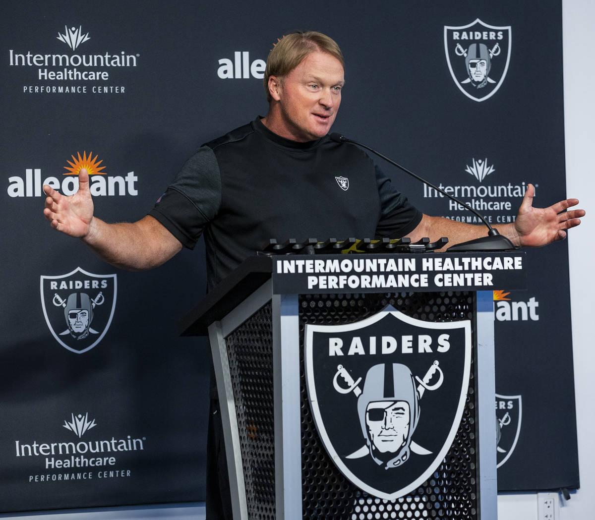 El entrenador de los Raiders, Jon Gruden, habla con los medios de comunicación durante el inic ...