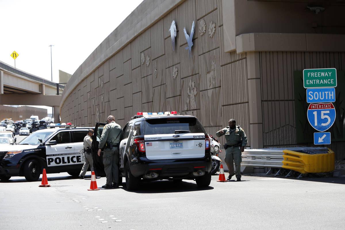 La policía bloquea la rampa de la Interestatal 15 en dirección sur cerca de Charleston Boulev ...
