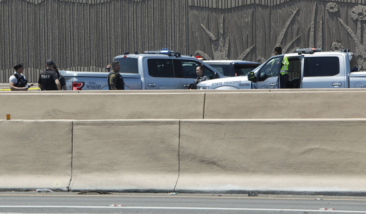 Una fuerte presencia policial es visible en la Interestatal 15 cerca de la Avenida Sahara en La ...