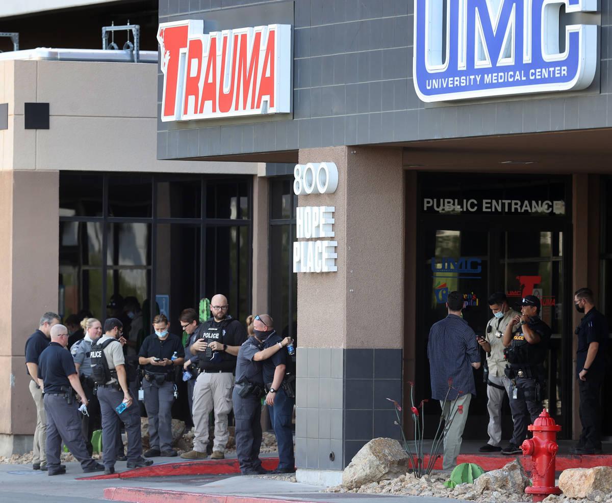 Agentes de policía de múltiples agencias de Las Vegas y personal del hospital se reúnen fren ...