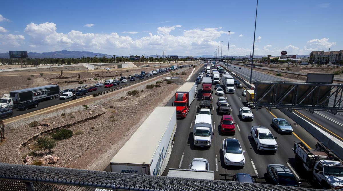 El tráfico está atascado en los carriles de la I-15 en dirección norte hacia el 215 Beltway ...
