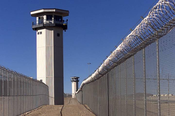 Torres de vigilancia en la Prisión Estatal de High Desert, cerca de Indian Springs. (Las Vegas ...