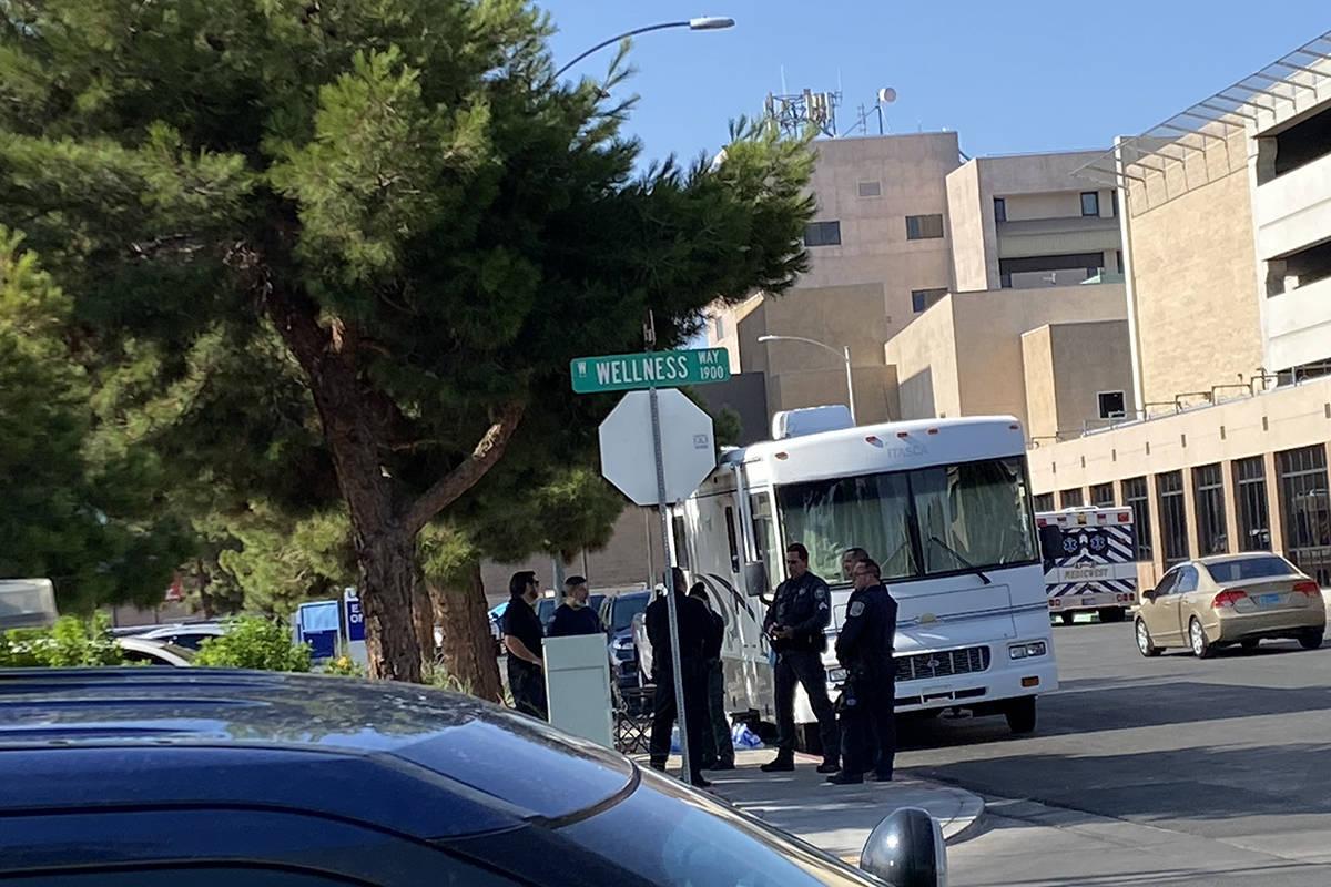 Agentes de la Nevada Highway Patrol se reúnen fuera del University Medical Center el miércole ...
