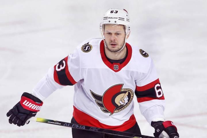 El jugador de los Ottawa Senators, Evgenii Dadonov, de Rusia, durante un partido de hockey de l ...