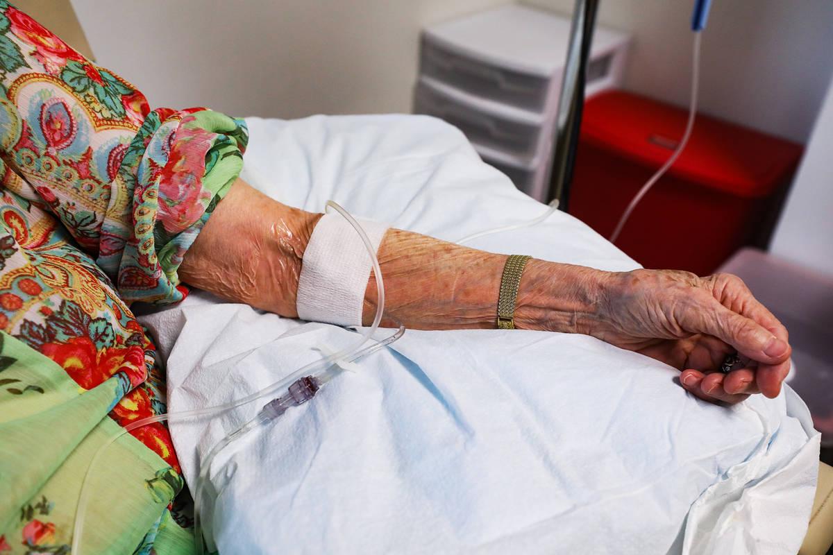 El brazo de Judy Robinson muestra la infusión de aducanumab, un fármaco diseñado por Biogen ...