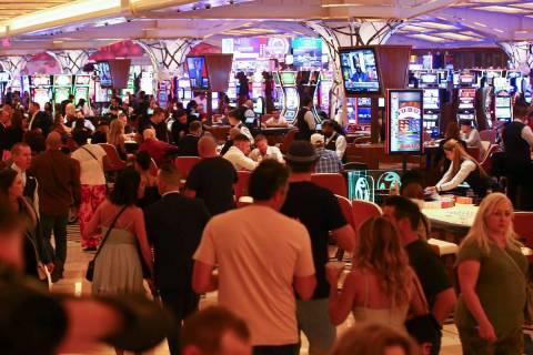 Gente juega en el piso del casino mientras Resorts World Las Vegas abre al público el jueves 2 ...