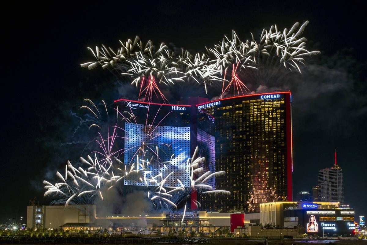 Espectáculo de fuegos artificiales de la gran inauguración de Resorts World Las Vegas el 24 d ...