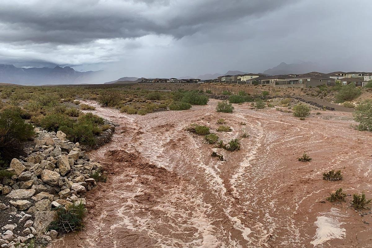 Las aguas de las inundaciones a lo largo de Charleston Boulevard, cerca del Red Rock Canyon Nat ...