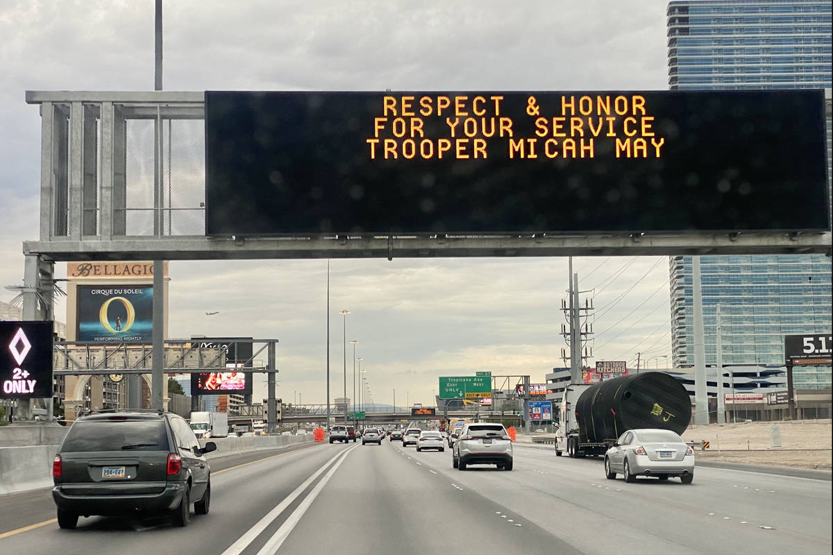 Un letrero para el agente de la Nevada Highway Patrol, Micah May, en la Interestatal 15 en dire ...