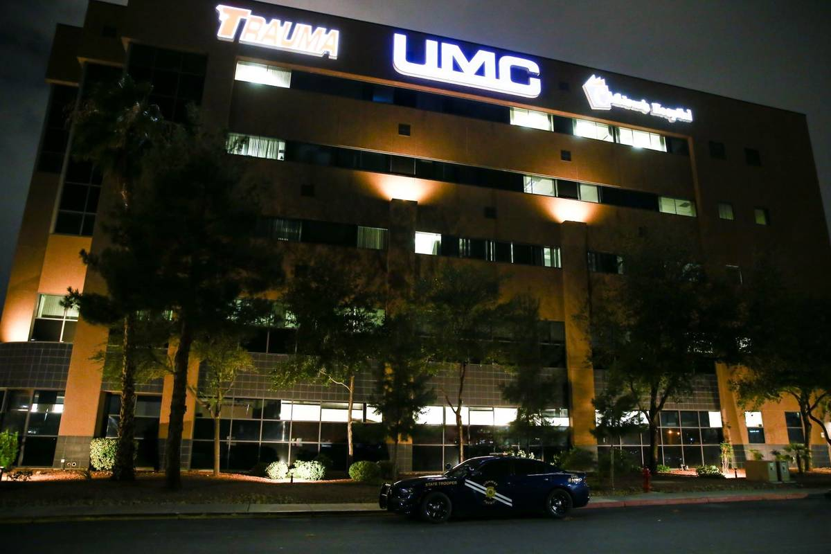 Un coche de la Nevada Highway Patrol se ve frente al University Medical Center el jueves 29 de ...
