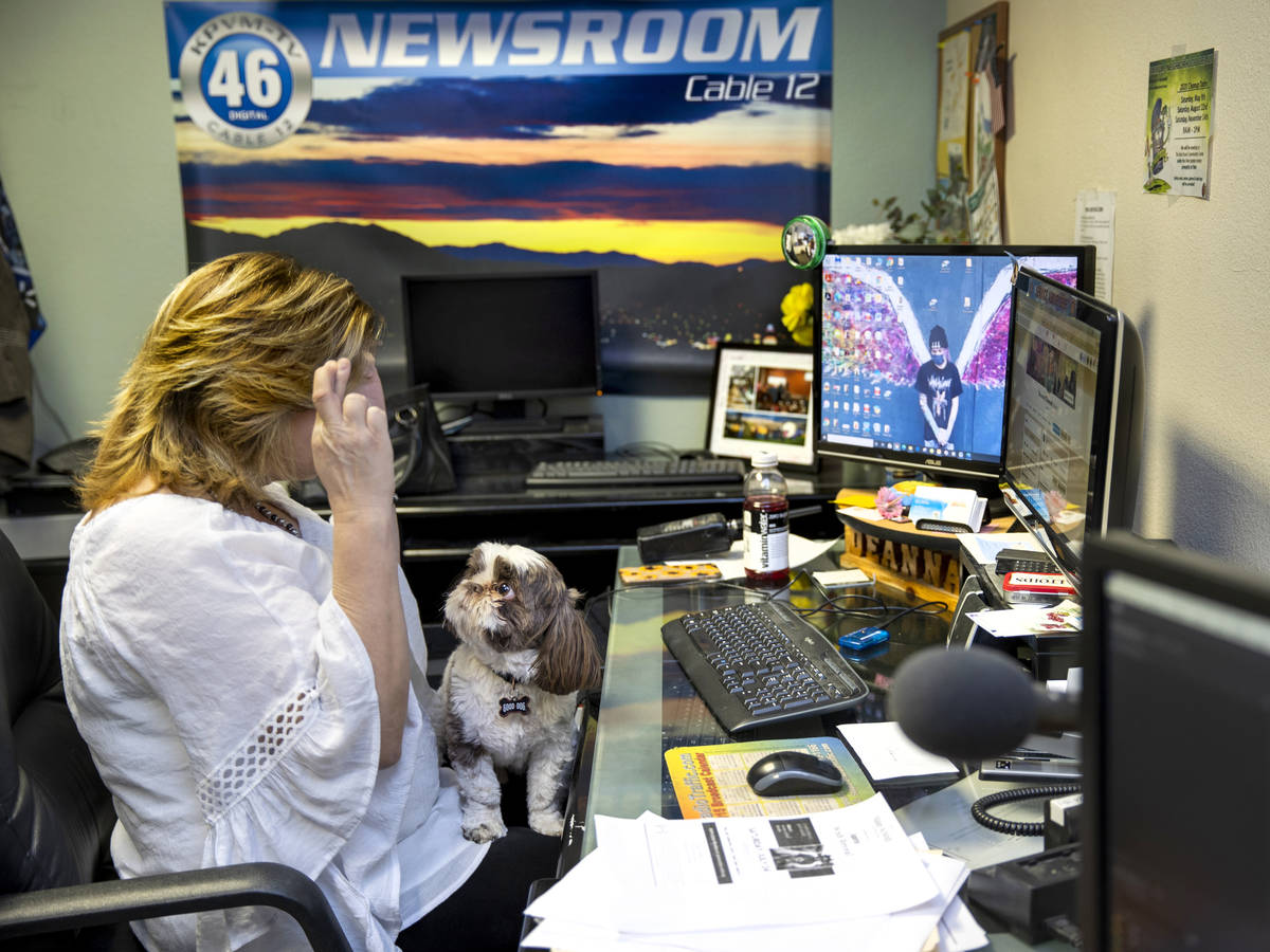 Deanna O'Donnell, directora y presentadora de KPVM 25 News, espera un resultado positivo mientr ...