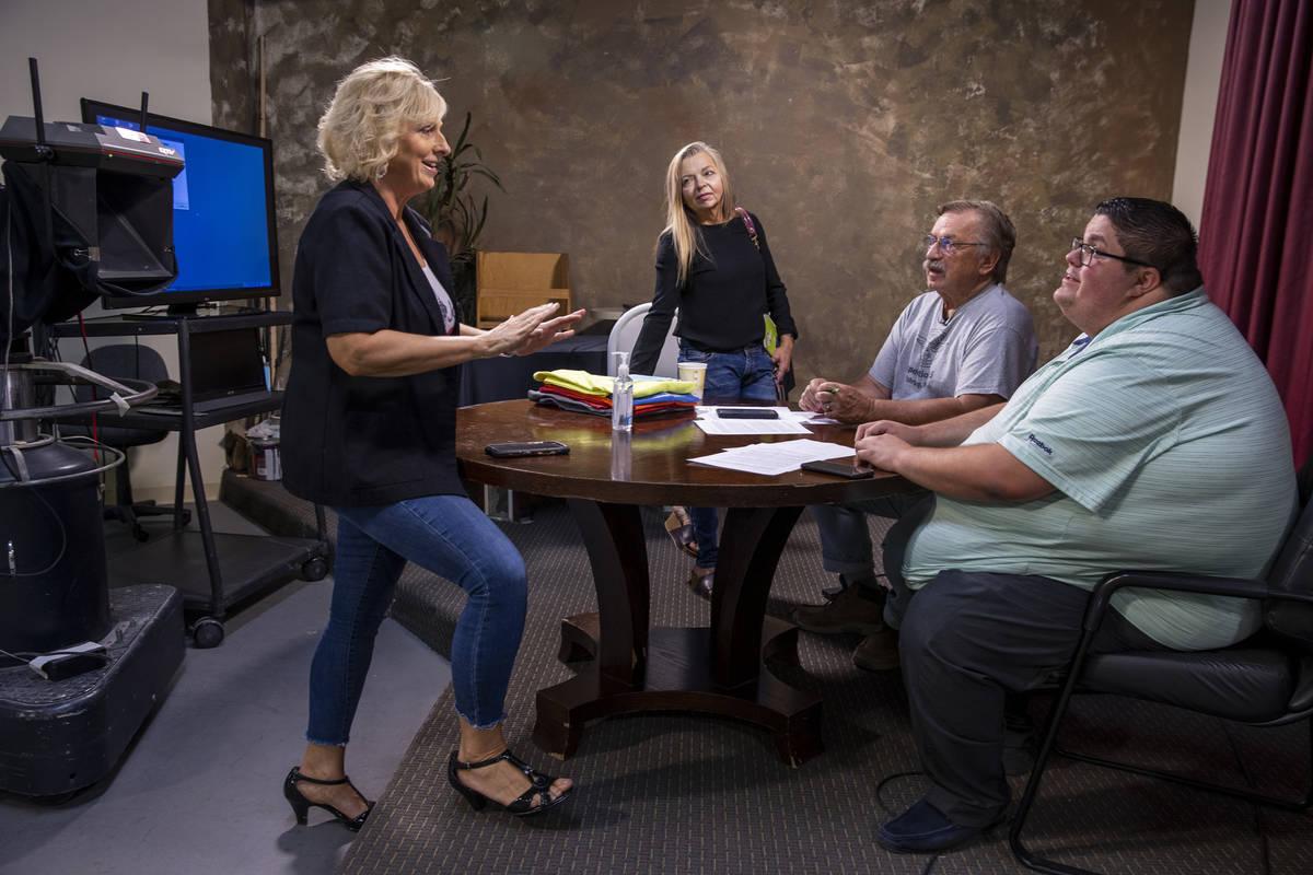 (De izquierda a derecha) La copropietaria/vicepresidenta de KPVM 25, Ronda Van Winkle, habla de ...