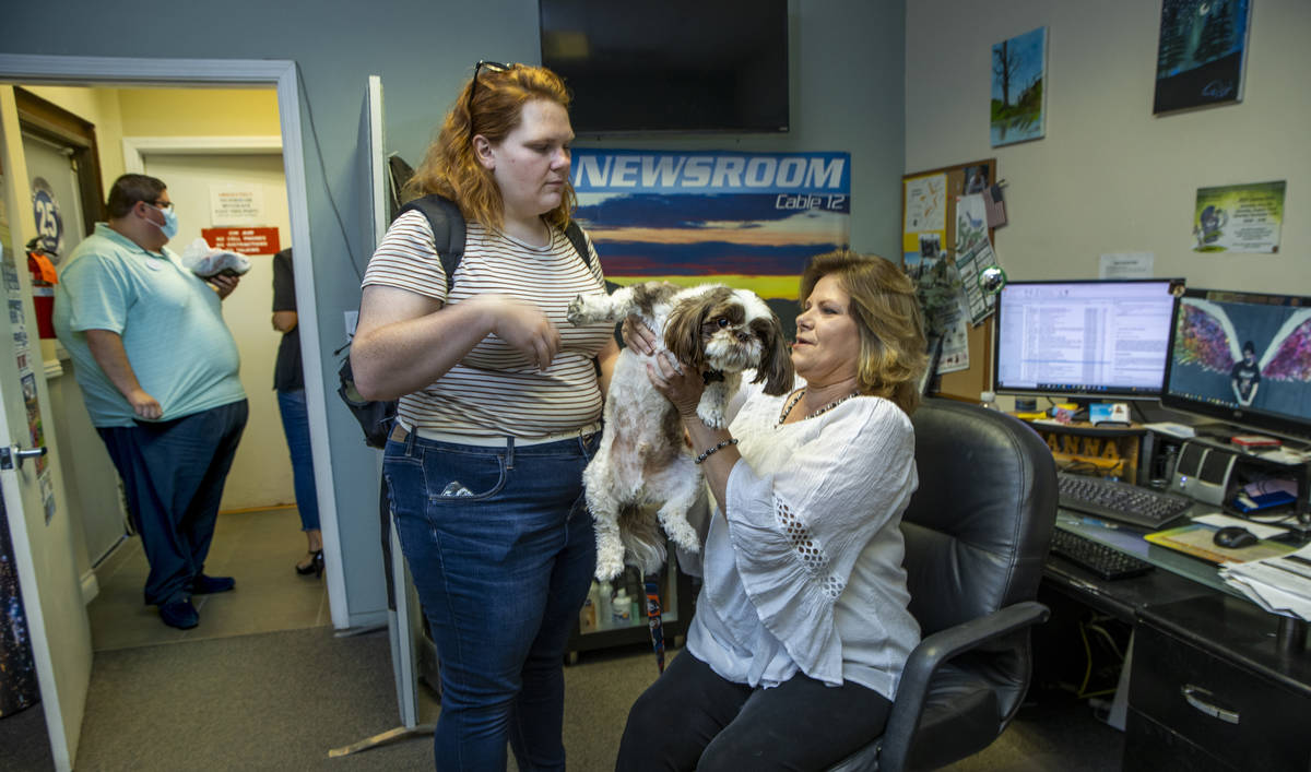 Deanna O'Donnell, directora/presentadora de KPVM 25, a la derecha, pasa su perro Tommy a su hij ...
