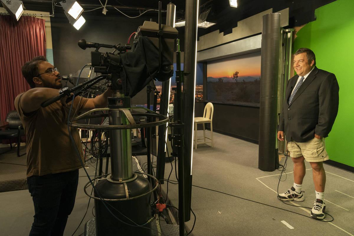 "John Kohler graba un segmento meteorológico durante una escena de la docuserie de HBO ""Small T ..."