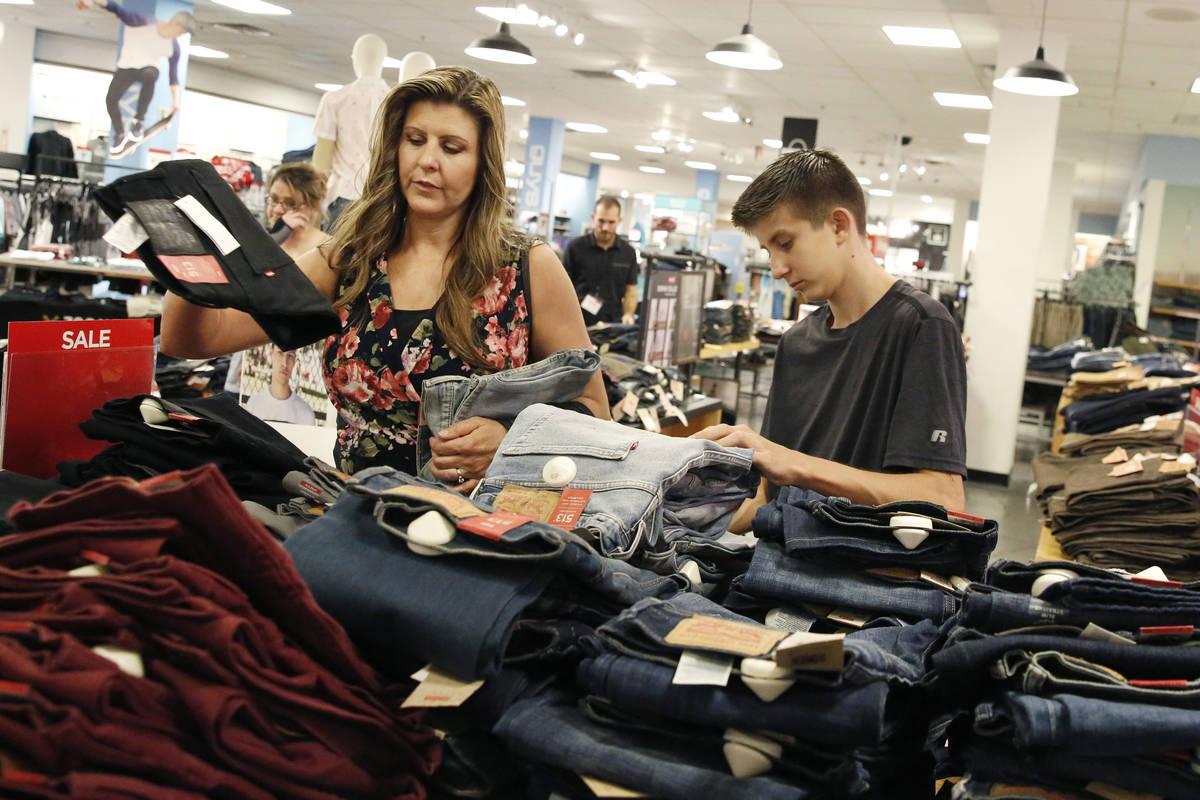 Levi Cartwright, de 13 años, hace sus compras de regreso a clases con su madre Christine en JC ...