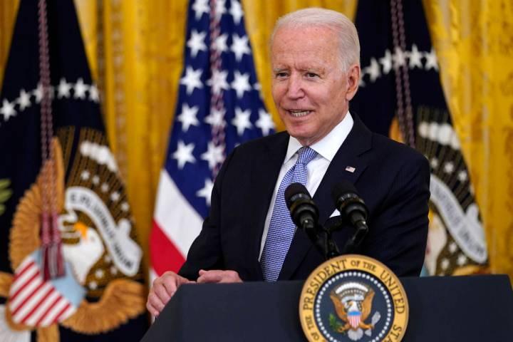 El presidente Joe Biden habla sobre los requisitos de la vacuna contra COVID-19 para los trabaj ...