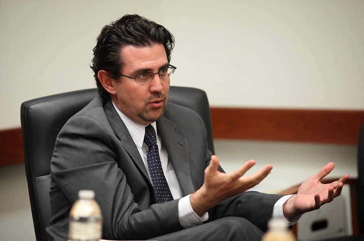 Jeremy Agüero, analista principal de Applied Analysis, habla con la junta editorial del Review ...