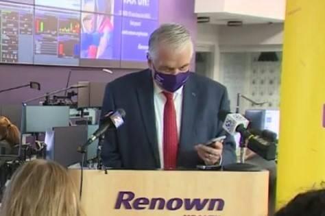 El gobernador Steve Sisolak habla con Kathleen P. de Henderson, ganadora de 250 mil dólares, e ...