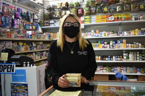 """Karina Cortez, trabajadora de la """"Farmacia del Pueblo"""", dijo estar de acuerdo con el mandat ..."""