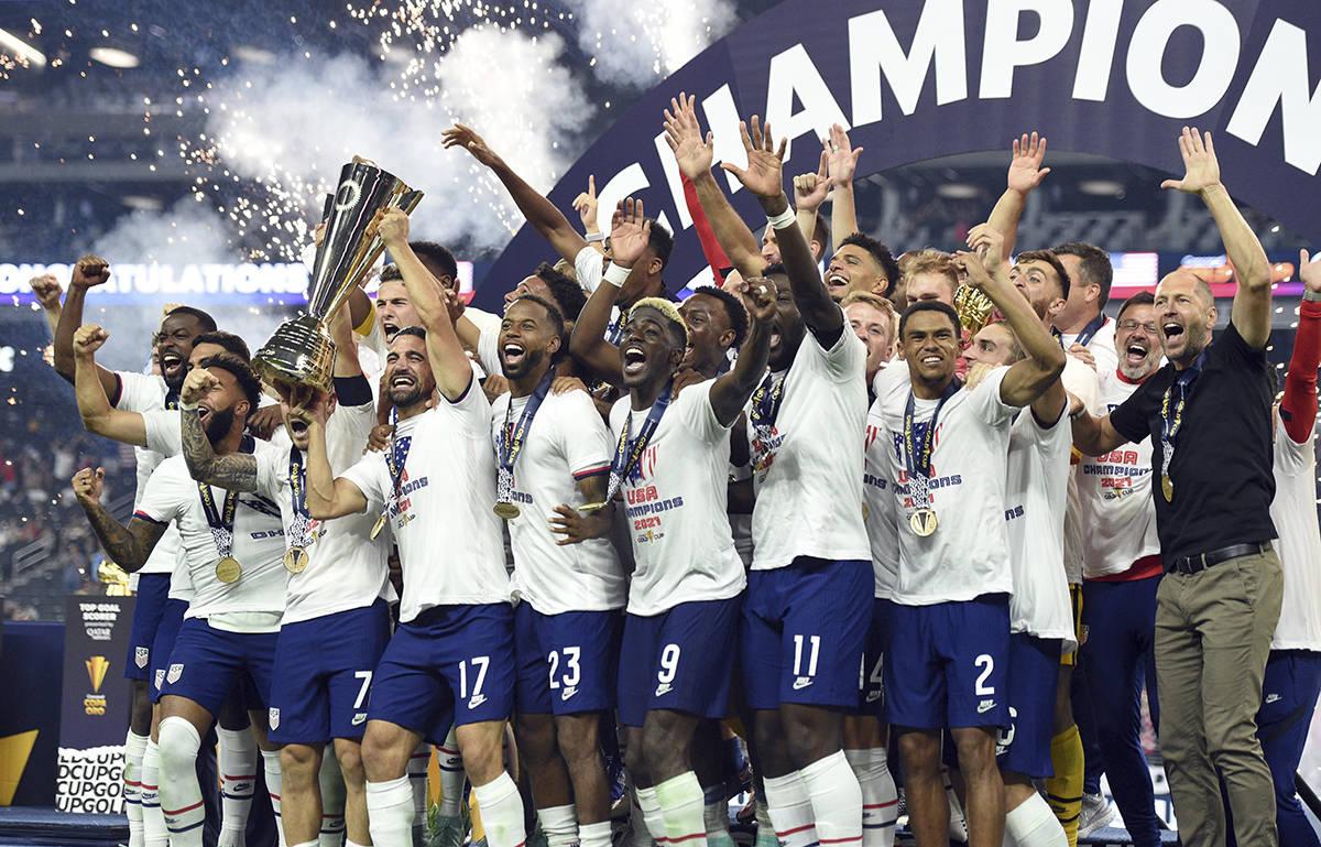 Estados Unidos celebra su victoria en la prórroga sobre México en el partido de fútbol de la ...