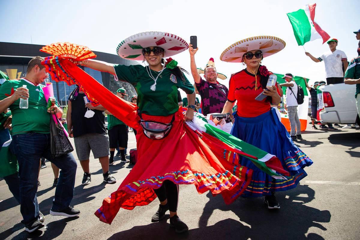 Aficionadas de México celebran y bailan antes del partido de fútbol de la Final de la Copa Or ...