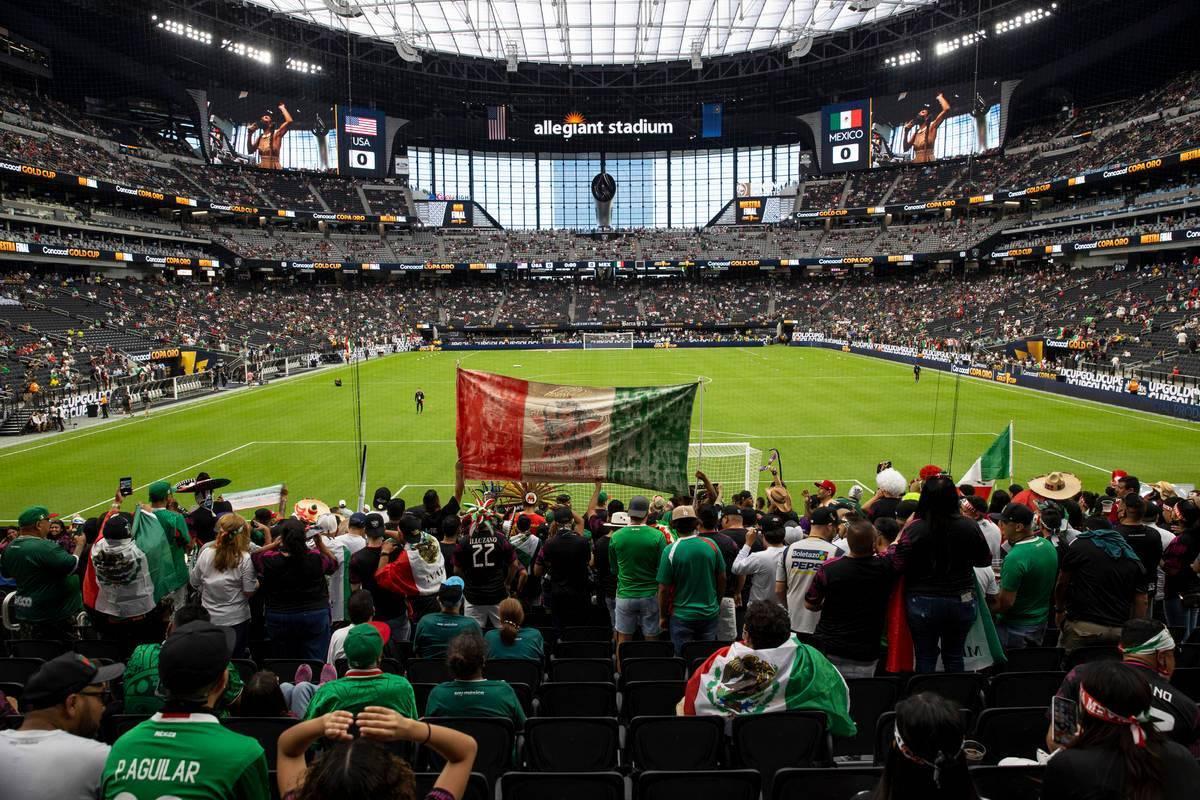 La gente asiste a la final de la Copa Oro de la CONCACAF en el Allegiant Stadium de Las Vegas, ...