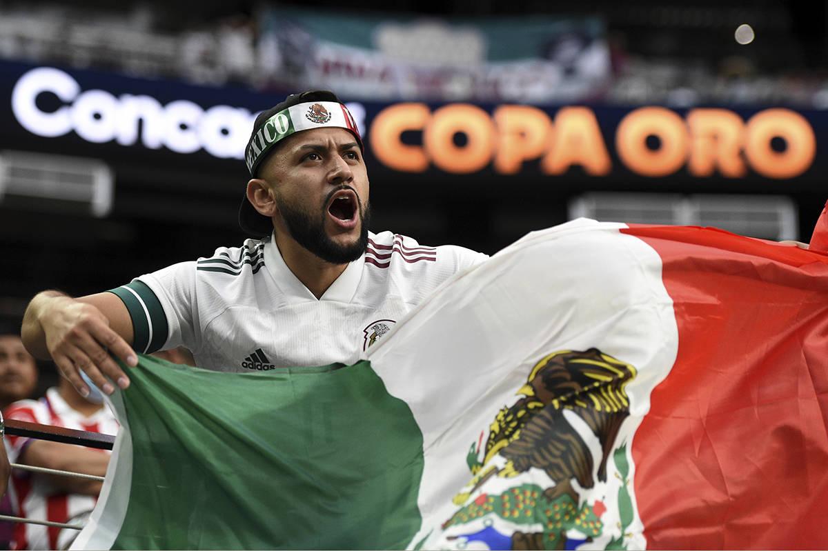 El aficionado al fútbol, David Castro, aplaude antes del inicio de la Final de la Copa Oro de ...