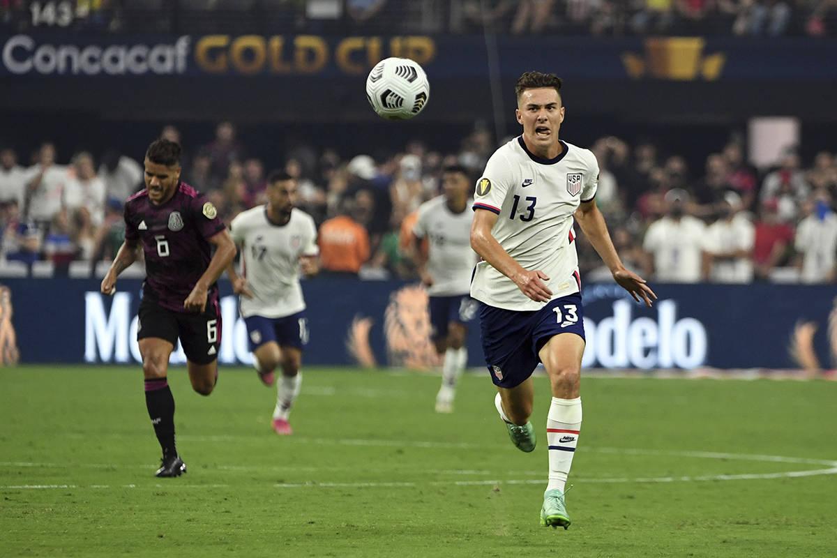 El jugador estadounidense, Matthew Hoppe (13), corre hacia el balón contra México durante la ...