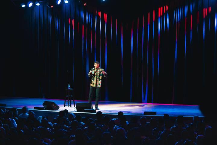 """En esta foto de archivo, el comediante Andrew Schulz se presenta en el escenario de """"The Sands ..."""