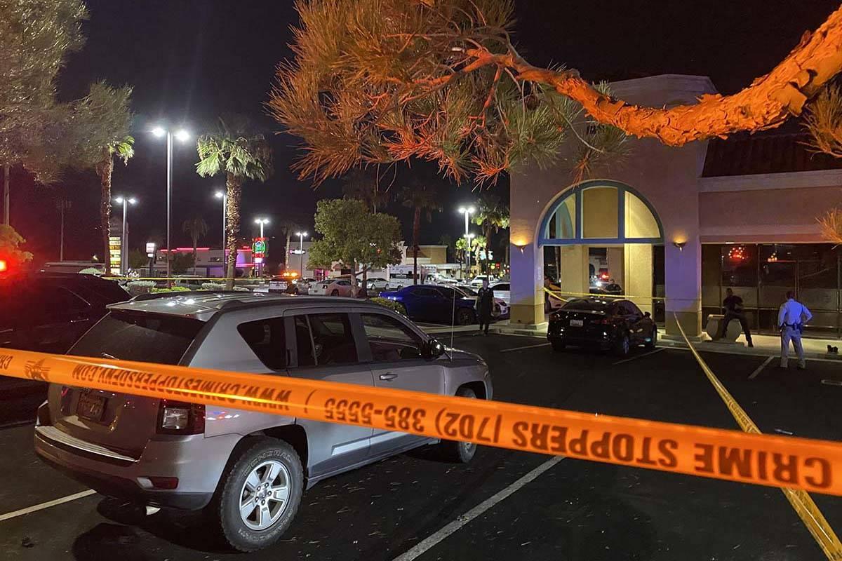 La policía de Las Vegas está investigando un apuñalamiento mortal en un salón de hookah del ...